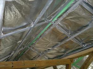 Утепление полиэтиленом - один из этапов утепления крыши.