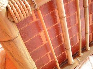 Самый простой способ скрыть трубу – обыграть ее в интерьере