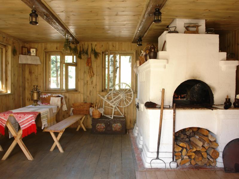 Печь на дровах в доме