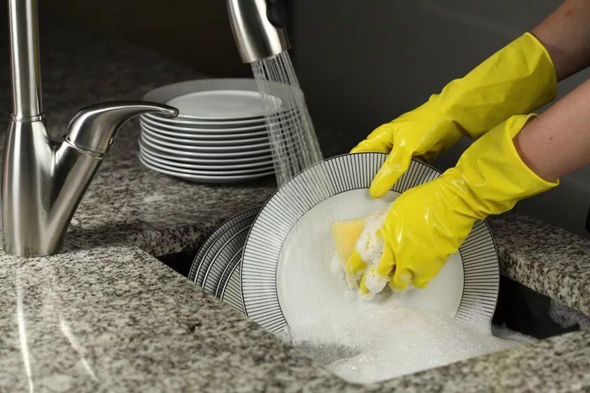Как быстро помыть посуду домашними средствами, даже если нет водопровода